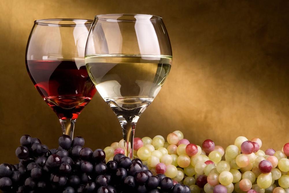 O consumo moderado de vinho traz diversos benefícios à saúde
