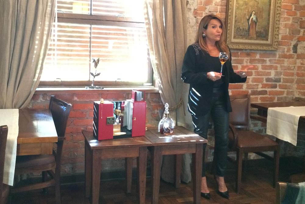 Jessia Lobo apresenta com orgulho a experiência de degustar o Louis XIII