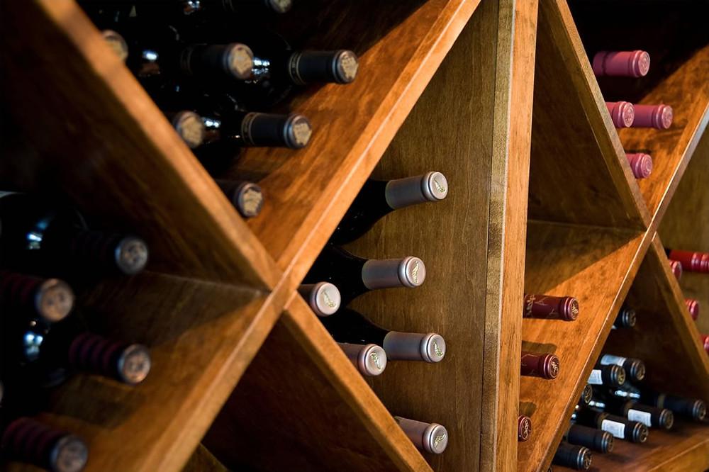 A adega é uma ótima opção para guardar o vinho (Foto: reprodução/internet)