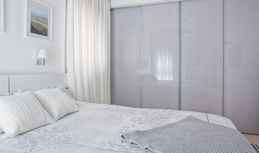 עיצוב ארון זכוכית בחדר הורים