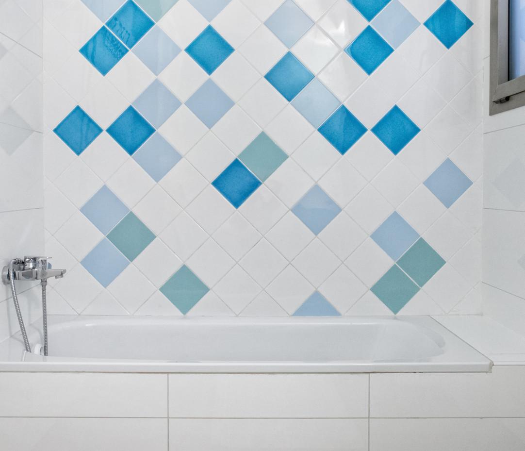 עיצוב צבעוני לקיר אמבטיה