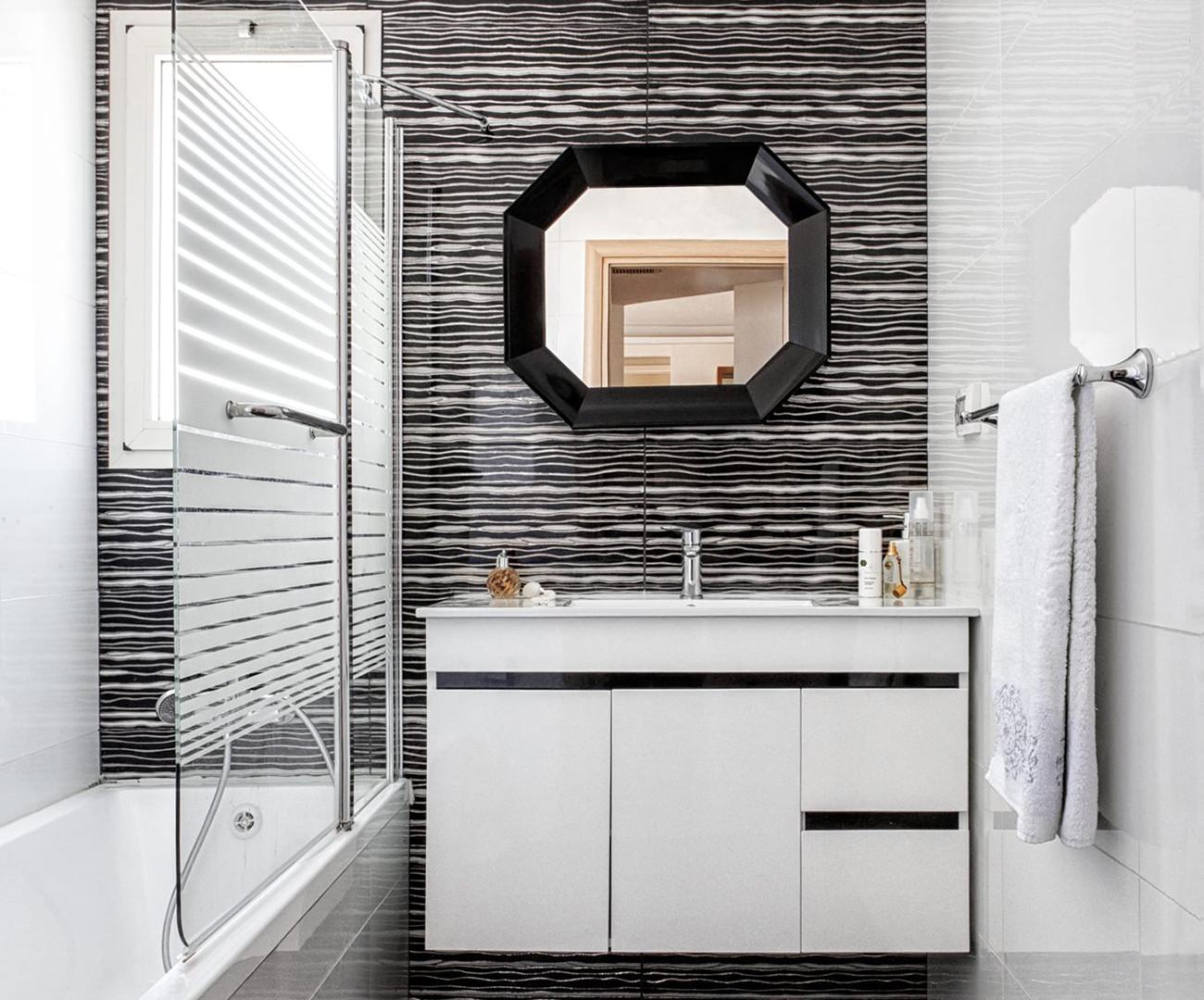עיצוב אמבטיה שחור-לבן.jpg
