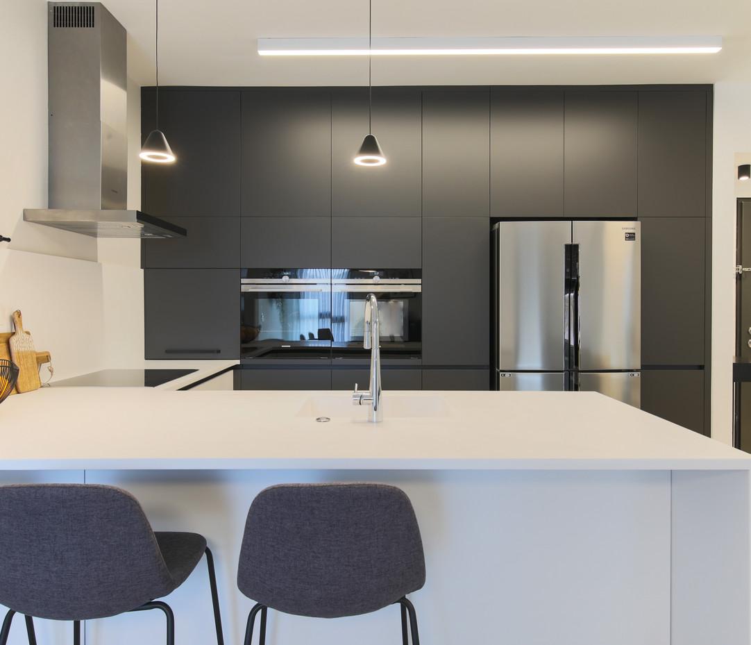 ארונות גבוהים במטבח בצבע שחור