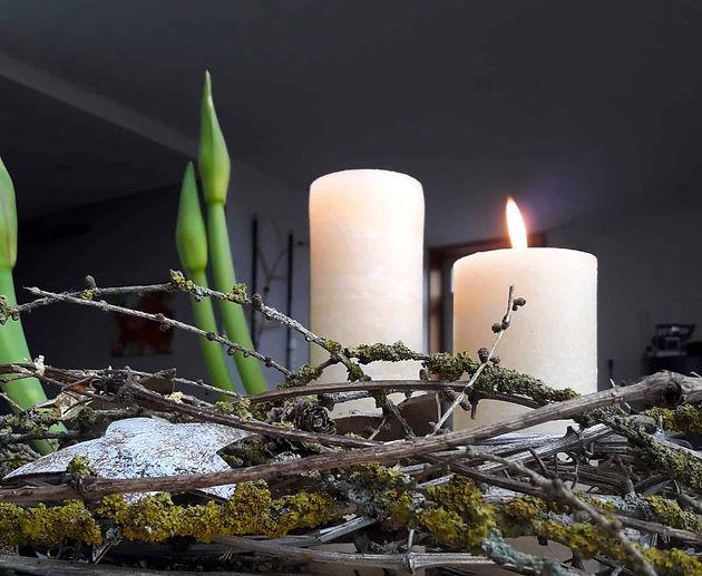 gesteck-mit-kerzen-und-amaryllis-advent_