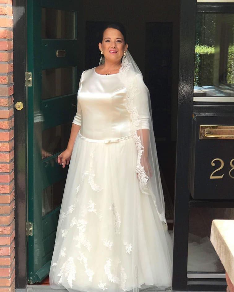 Satijnen bruidsjurk met tule rok.