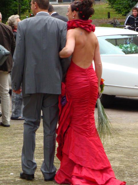 Rode taftzijden bruidsjapon.