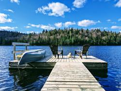 Quai avec canot, kayak et pédalo