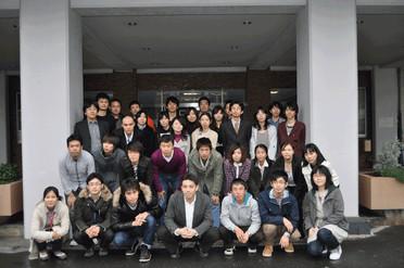 2010年度メンバー 薬学研究科玄関前にて撮影