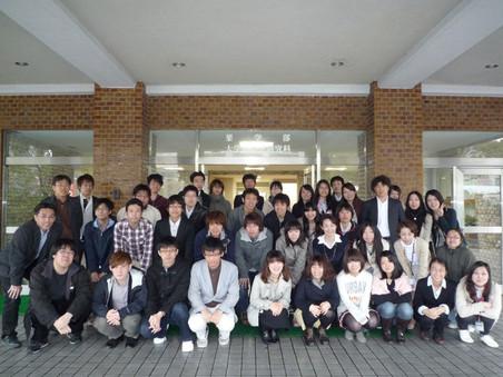 2012年度メンバー(薬学研究科玄関前にて)