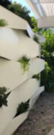 Grüner-geometrischer-Sichtschutz_Gartenabtrennwand_by-Lückenfüller.design