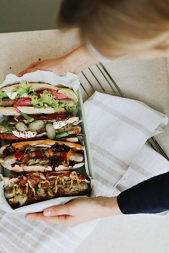Hot Dogs mit Hand.jpg