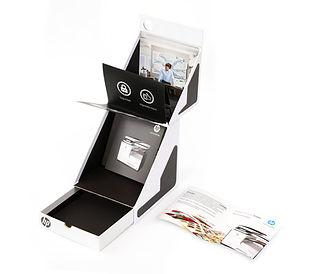 Caja en pasta dura con movimiento 3D y folletos en impresión digital.