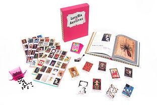 Conjunto con libro en pasta dura, juego de lotería, memoria USB y contenedor en tela