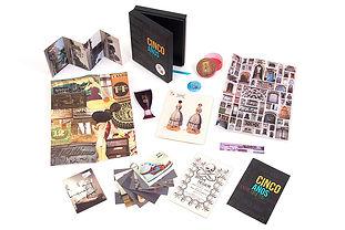 Conjunto gráfico con contenedor, postales, folleto, brochure, poster, caja circular.