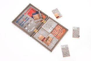 Caja de madera con rompezabezas.