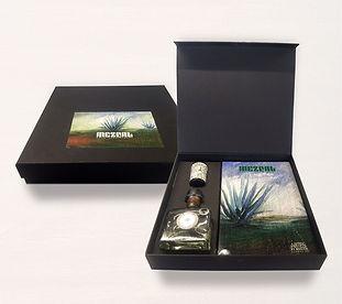 Caja contenedor en pasta dura con Botella de Mezcal y Libro de Artes de Mexico.