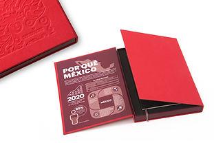 Caja roja contenedor en pasta dura grabada con libreta tipo molskine.