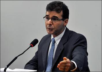 Lucas Furtado lança livro que discute raízes da corrupção no Brasil