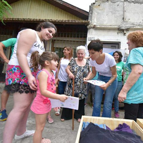 Con compañerxs militantes del barrio Villa Alcira de Bernal.