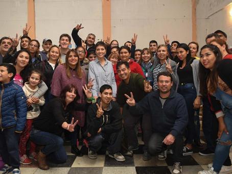Con vecinos y vecinas en la sociedad de fomento del barrio La Sarita de Quilmes Oeste.