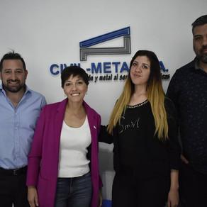 Conversando con trabajadores y el presidente de Civil Metal, empresa de hormigón y metal de Quilmes.