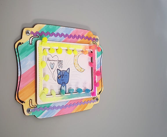 Decore e personalize esta moldura de papelão, que pode virar um porta retrato.