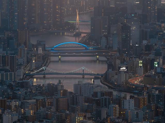 Vue nocturne sur la rivière Sumida