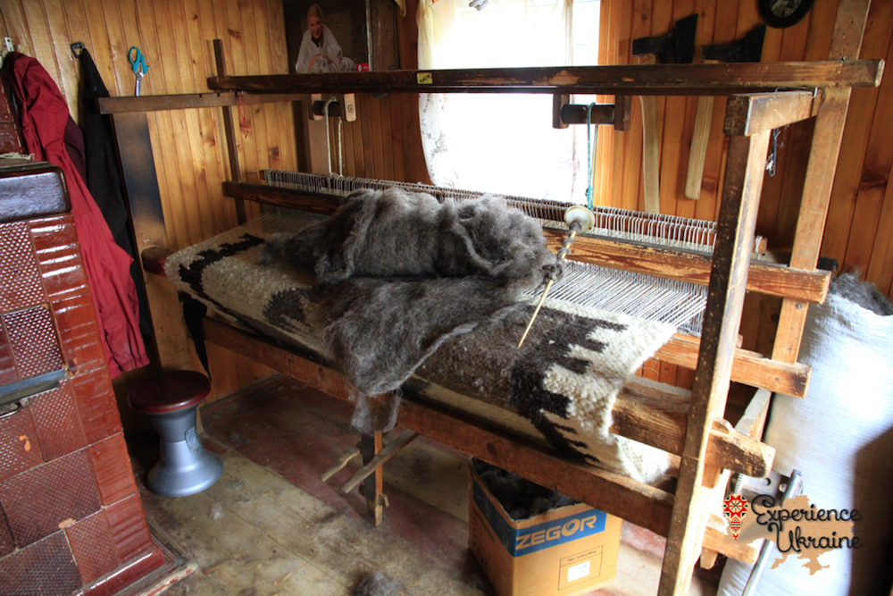 Wooden loom for weaving lizhnyk