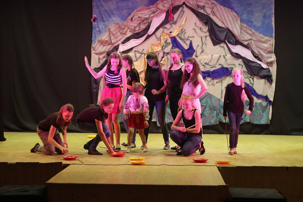 """Performance by youth theatre group""""Chiga-Biga"""""""