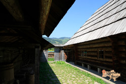 Wooden estate in Kryvorivnya
