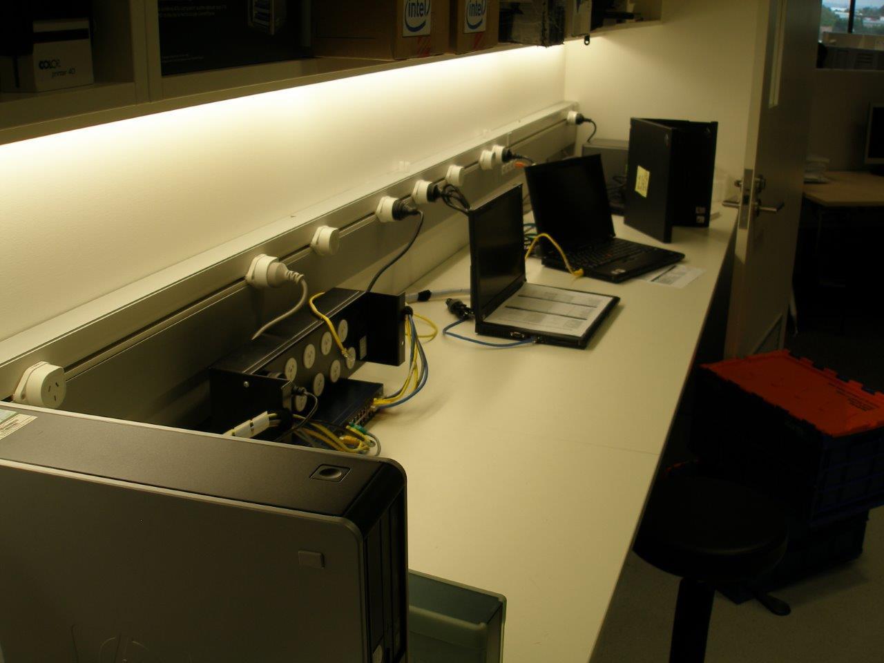 Stroomrail boven de werkplek