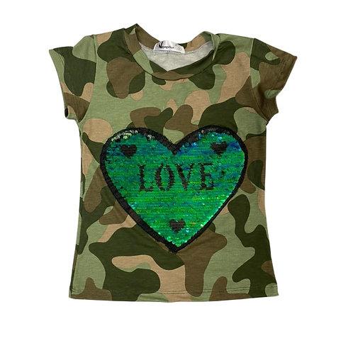 Camiseta camuflada com coração paetês