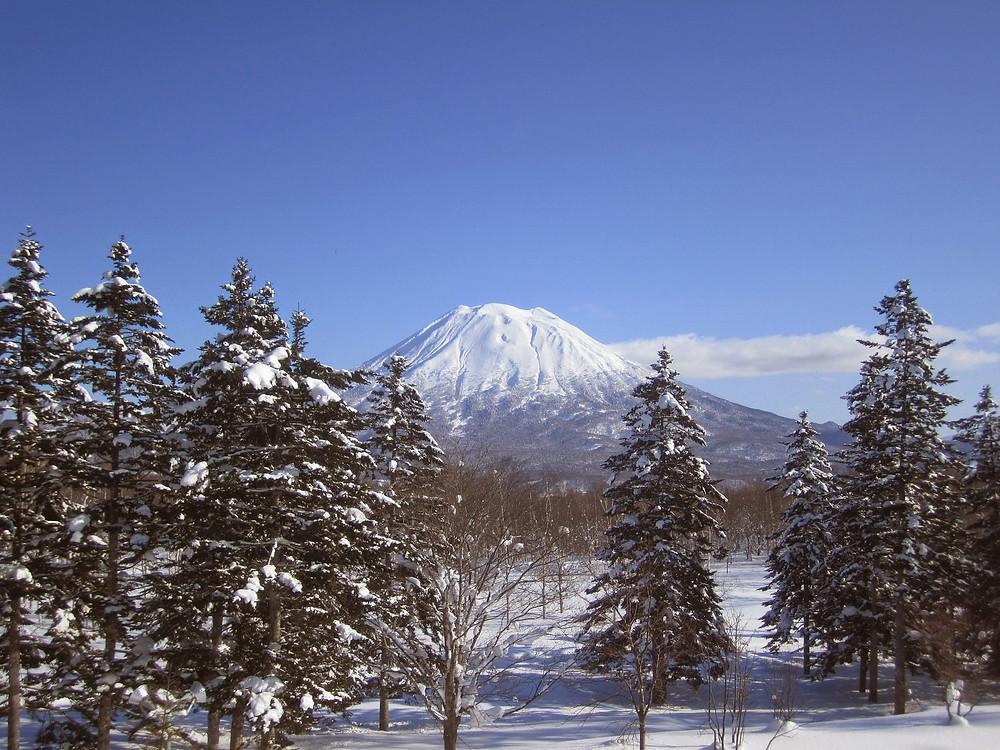 Monte Fuji coberto de neve em clima de inverno