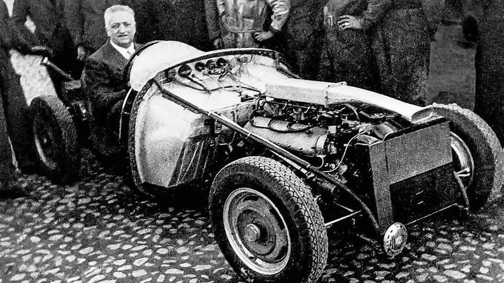 Enzo Ferrari alla guida dello scheletro della 125S