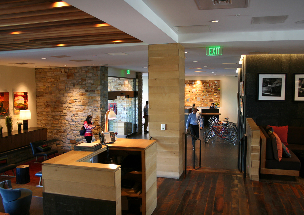 HotelVT-Lobby2.JPG