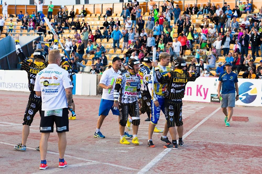 Ottelun ratkettua Lipon lukkari Hannu Huuskonen ja KPL:n kapteeni Anssi Lammila vaihtoivat vielä kuulumiset.