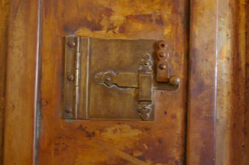 Doors cannot talk...