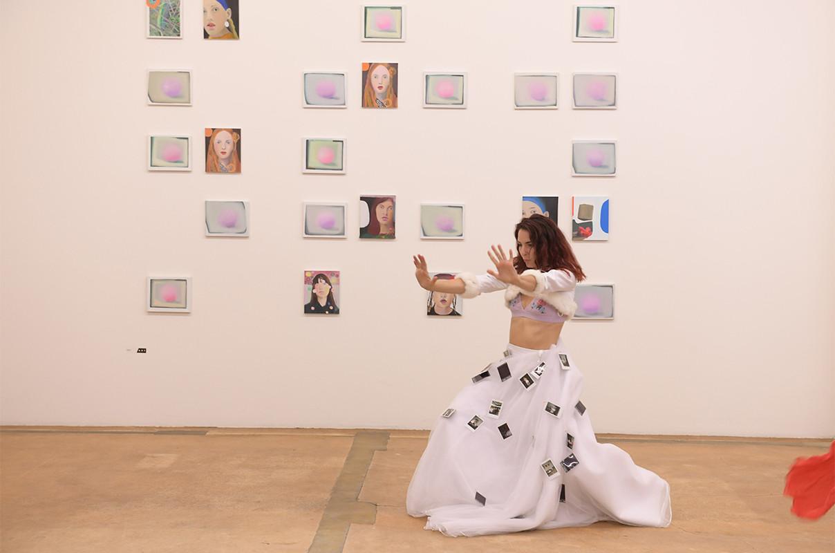 """Performance """"Brautschau"""" von Lilian Frei (Hinten Arbeit von Anne Emery)"""