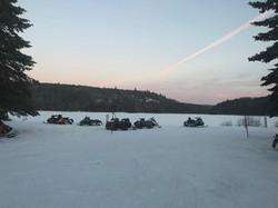 Motoneiges l'hiver. La piste fédérée part du lac!