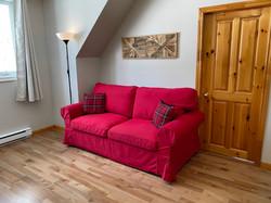 Salon à l'étage avec un sofa-lit