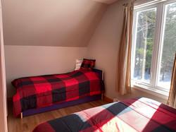 Chambre #3 à l'étage (chambre familiale avec 1 lit queen et 2 lits simples
