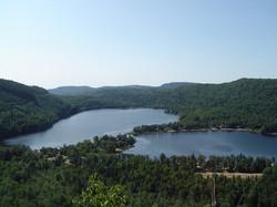 Vue à partir de la montagne située juste derrière le chalet avec un magnifique sentier 4 saisons
