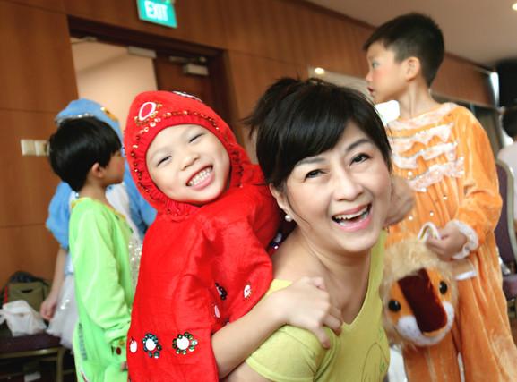 袁浩桁同学饰演狡猾的八爪鱼,抓住了妮妮老师不放!