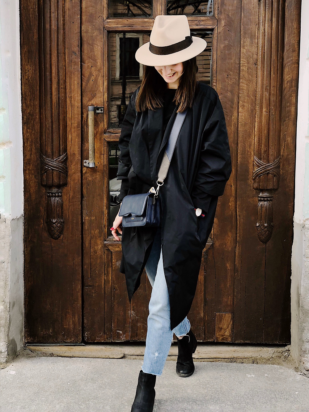 woman in coat and hat, woman in jeans and hat, woman in travel outfit, crossbody bag