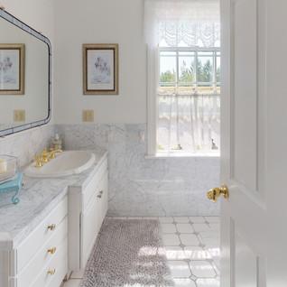Windswept-Dr-East-Bathroom(2).jpg