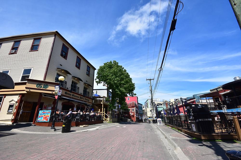Rue très touristique avec ses restaurants Irlandais