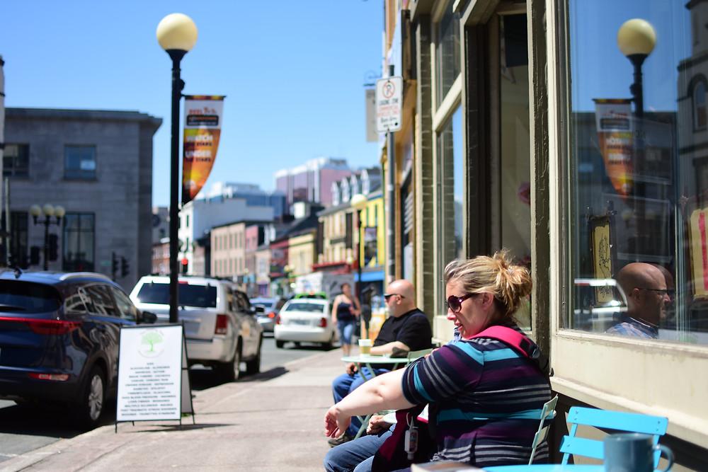 La rue principale avec ses petites boutiques