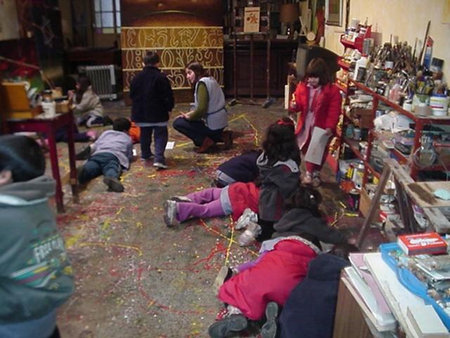 Niños de visita en el taller del artista