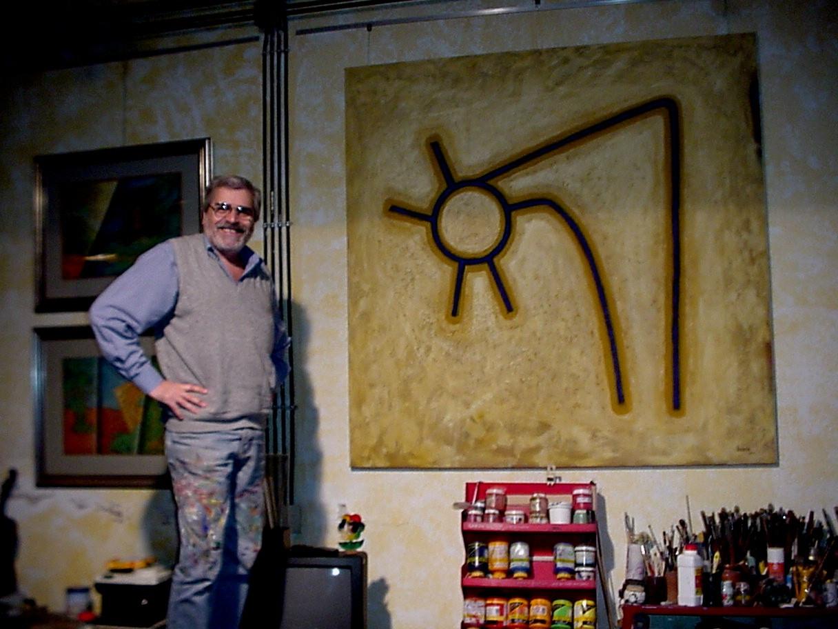 Tito Busse junto a su obra en el taller