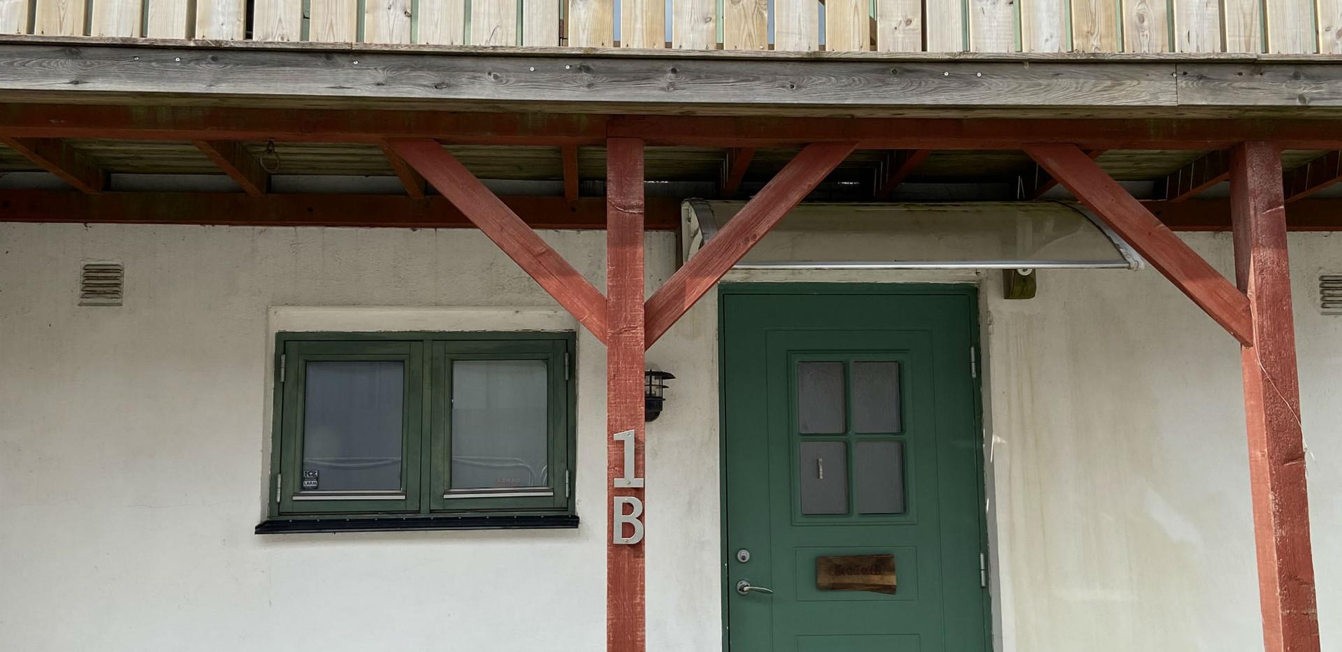 Entré till Stallet, den ena av våra två lägenheter.